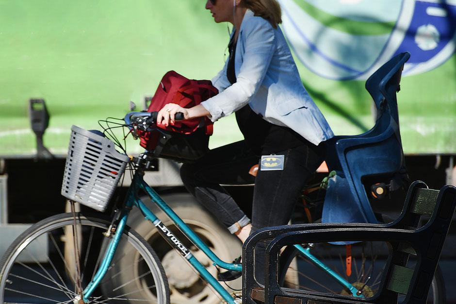 Femme à vélo dans la rue