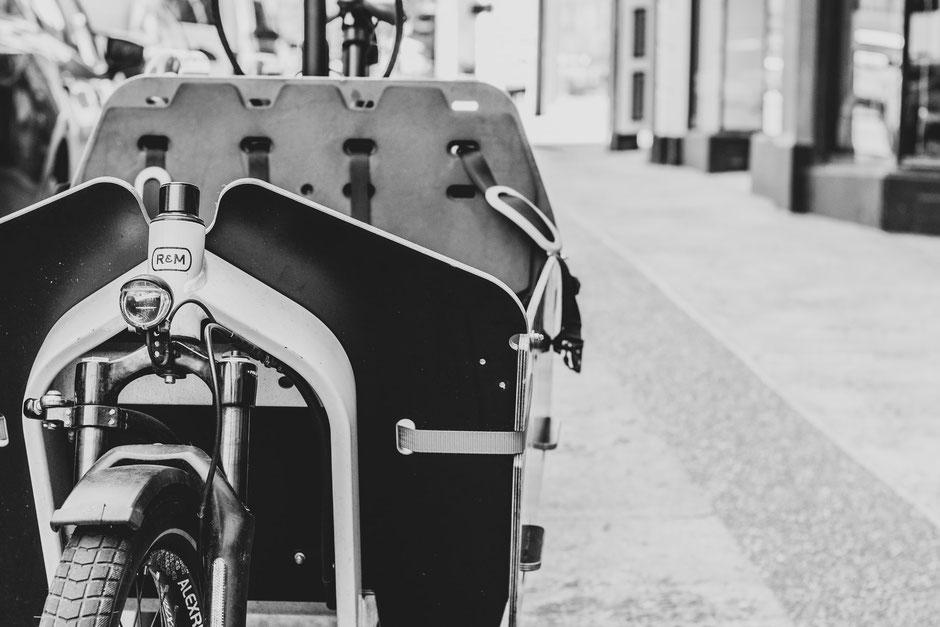 vélo cargo noir et blanc