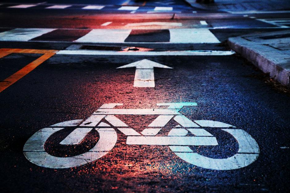 jeune femme recherche sur google un vélo