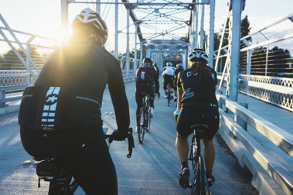 femmes à vélo gravel d'occasion sur un pont