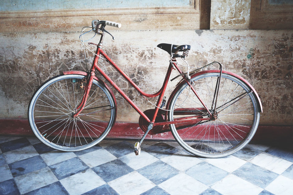 Vélo rouge vintage carrelage