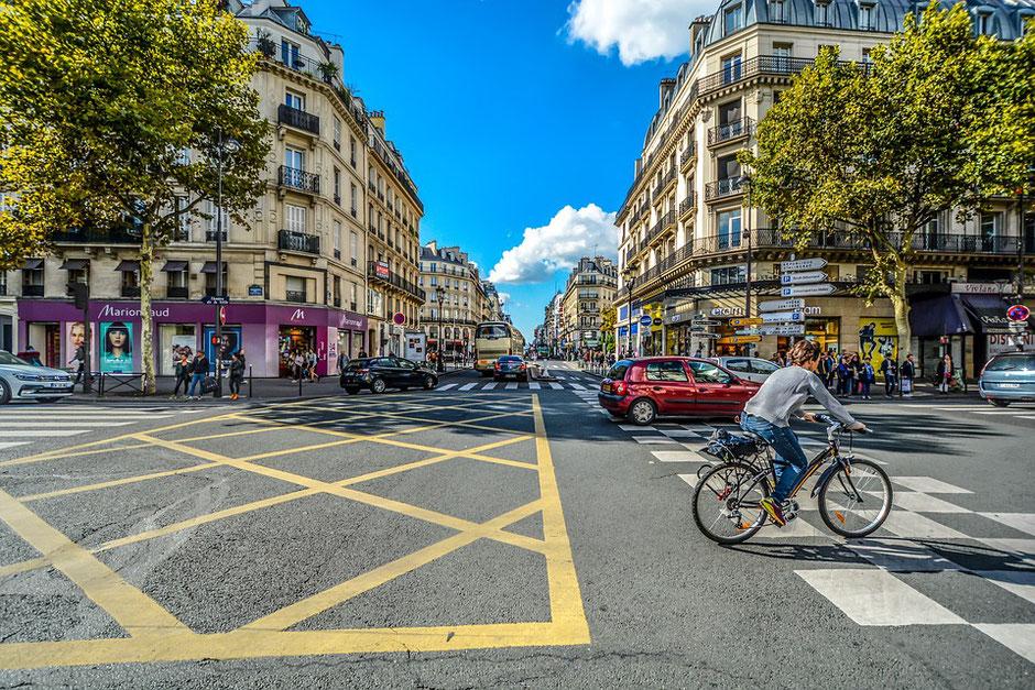 cyclistes rue de rivolie ou boulevard hausman à Paris