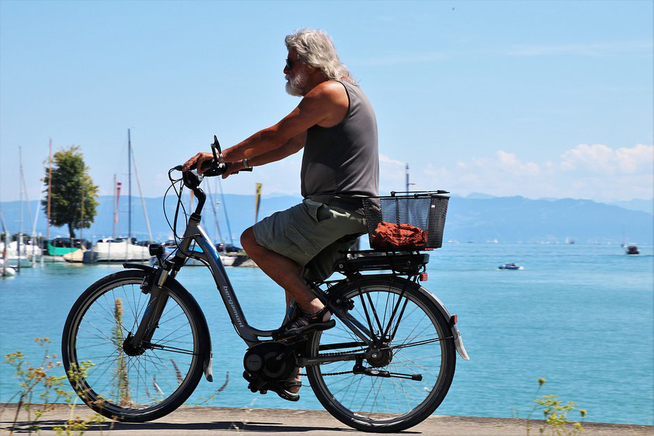 Homme en balade sur son vélo d'occasion