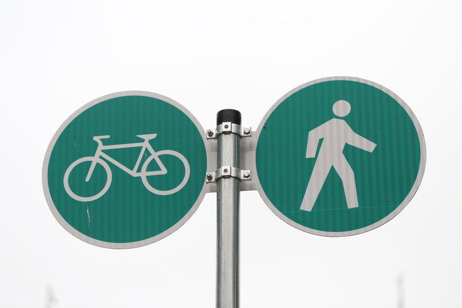 panneaux de signalisation piéton et vélo vert
