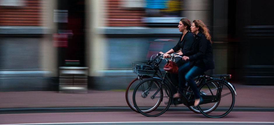 deux femmes sur des vélos hollandais