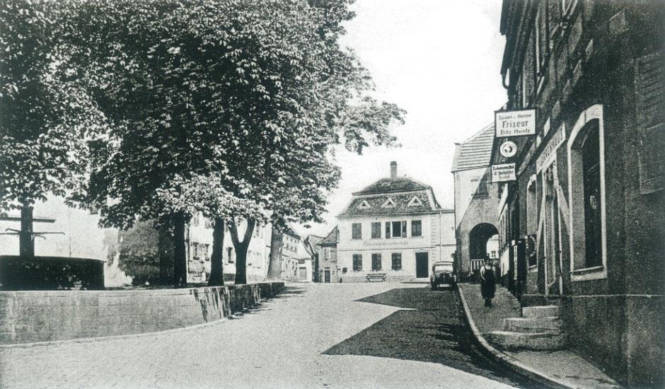 Marktplatz mit Winzergenossenschaft im Jahr 1901