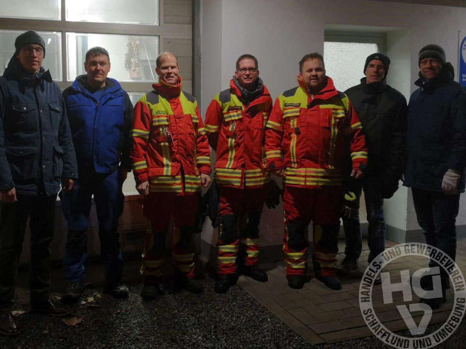 HGV- und Feuerwehrmänner im Einsatz