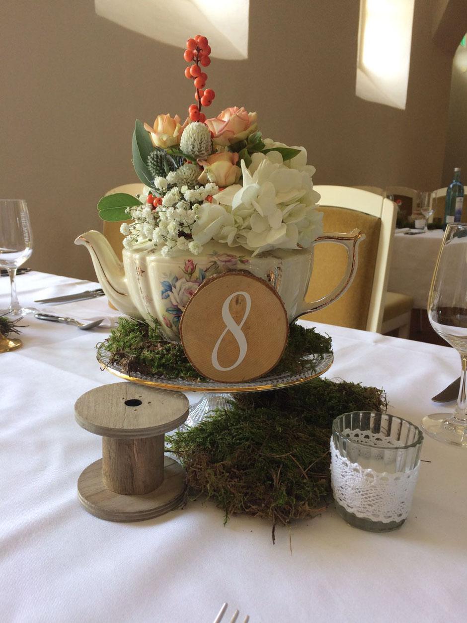 Tischnummer in Holz und Moos