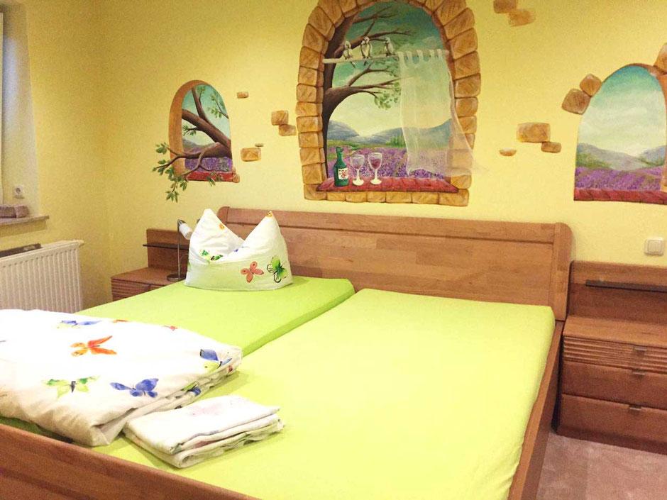 gemalte Landschaft mit Blick auf Lavendelfelder in einem Schlafzimmer in Nünchritz vin Butterfly-Art Melanie Nicklisch