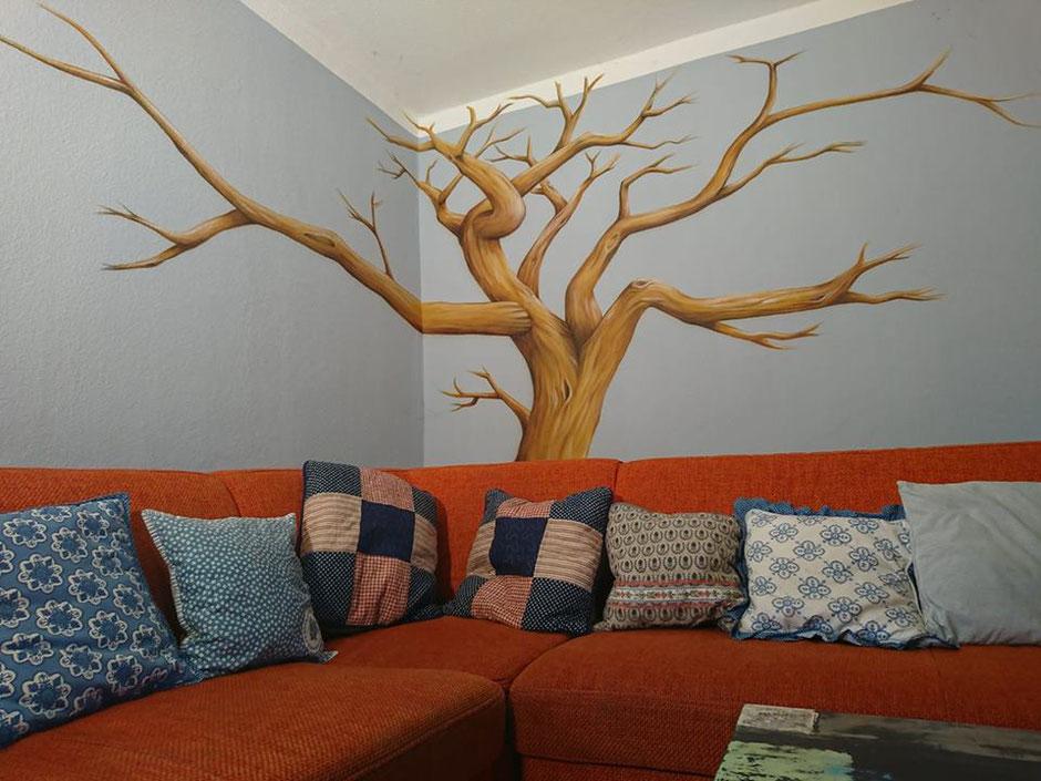 Gemalter Baum, an dem schöne Familienfotos aufgehangen werden können. Wandmalerei von Butterfly-Art Melanie Nicklisch aus Nünchritz