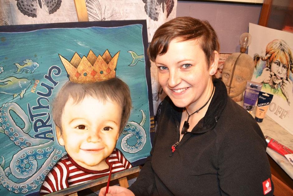 Butterfly-Art Melanie Nicklisch, Künstlerin beim malen eines Portraits mit Airbrush und Acrylfarbe