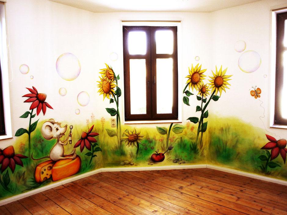 pastellige, zarte und verträumte Kinderzimmermalerei mit Blumenwiese, Tieren und Seifenblasen