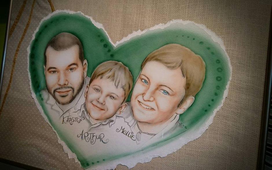 Portrait unserer Familie, gesprüht mit Airbrush, feine Linien und Namensschriftzug mit Farbstift auf gerissenem Karton, gerahmt auf verschiedene Stoffe
