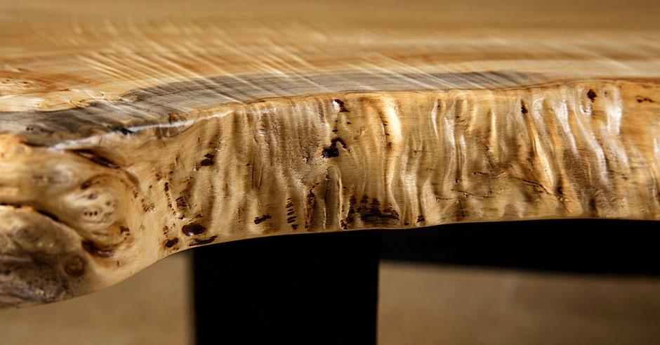 Anmutige Design Tischplatte in Handarbeit, Schönheit der Naturkanten im Holztisch aus massiver Pappelmaser, Baumstammtisch