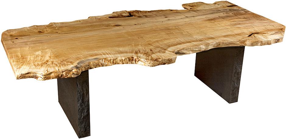 Moderner Design Holztisch mit Steinfüßen, naturmarkante Tischplatte aus Maserpappel mit Baumkanten, exklusiver Massivholztisch