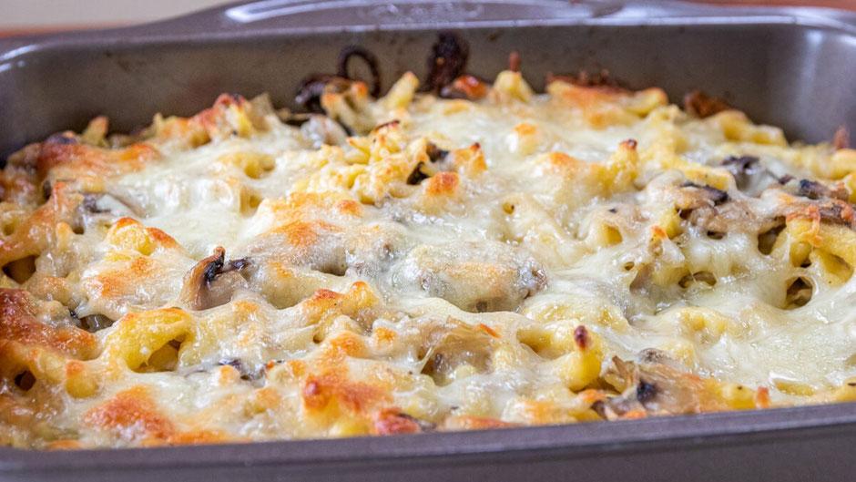 Käsespätzle, Spätzle mit Käse überbacken