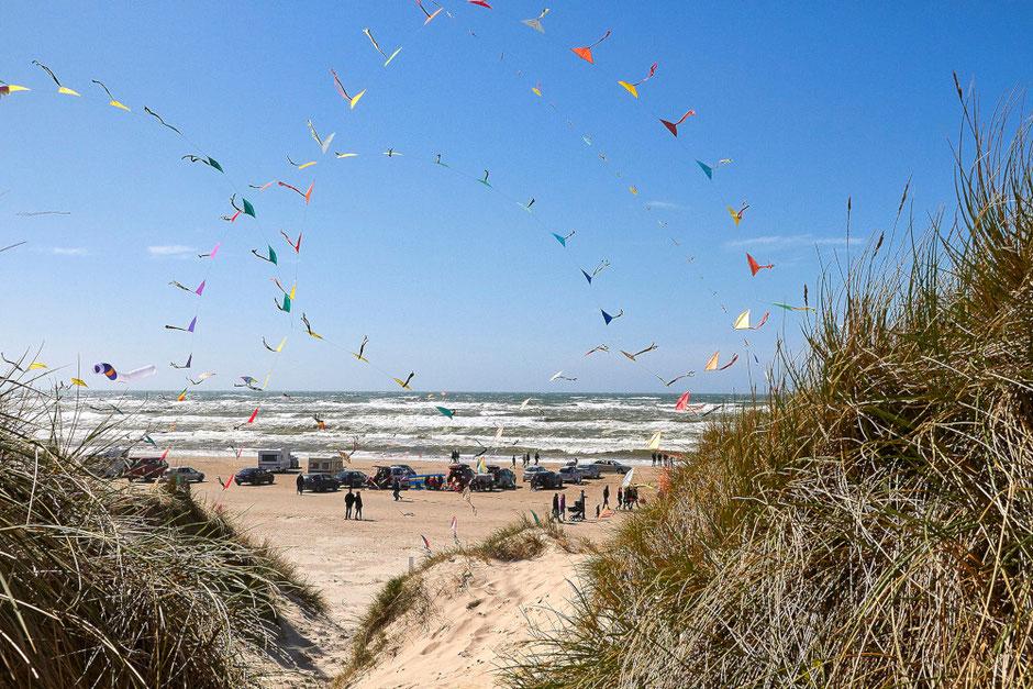 Hoch hinaus und bunt – Impressionen vom Blokhus-Løkken Wind Festival. Foto: Copyright VisitNordjylland