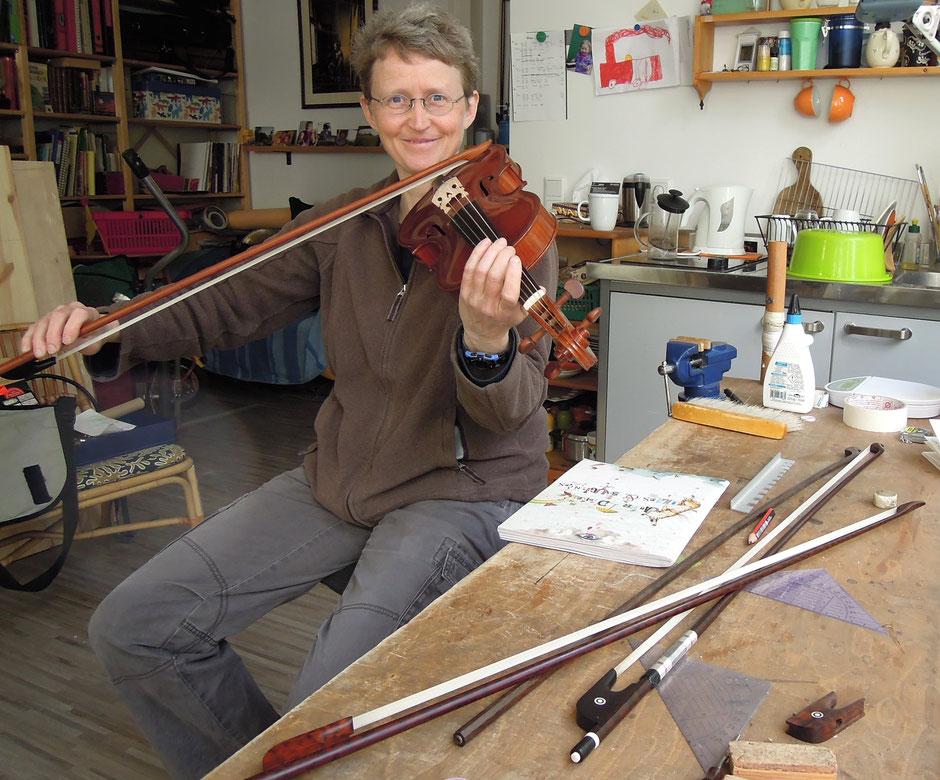 Erste Klangprobe: Ina Keller prüft Klang eines neuen Bogens an ihrer eigenen Geige. Foto: Christoph Schumann