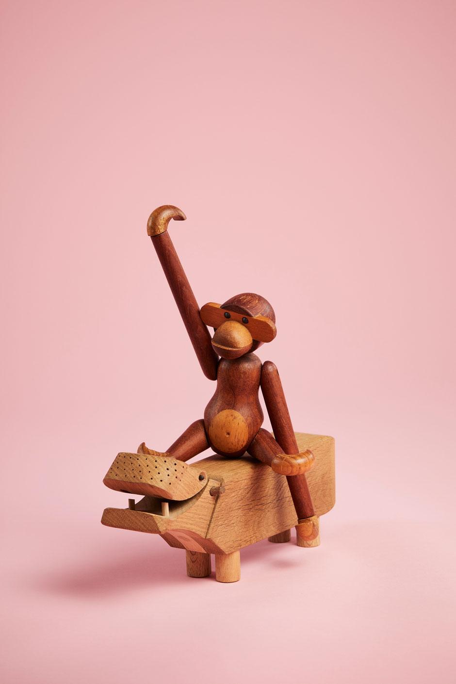Weltberühmt: der Holzaffe von Kay Bojesen - hier auf dem Nilpferd des dänischen Designers. Foto: PR/Kay Bojesen