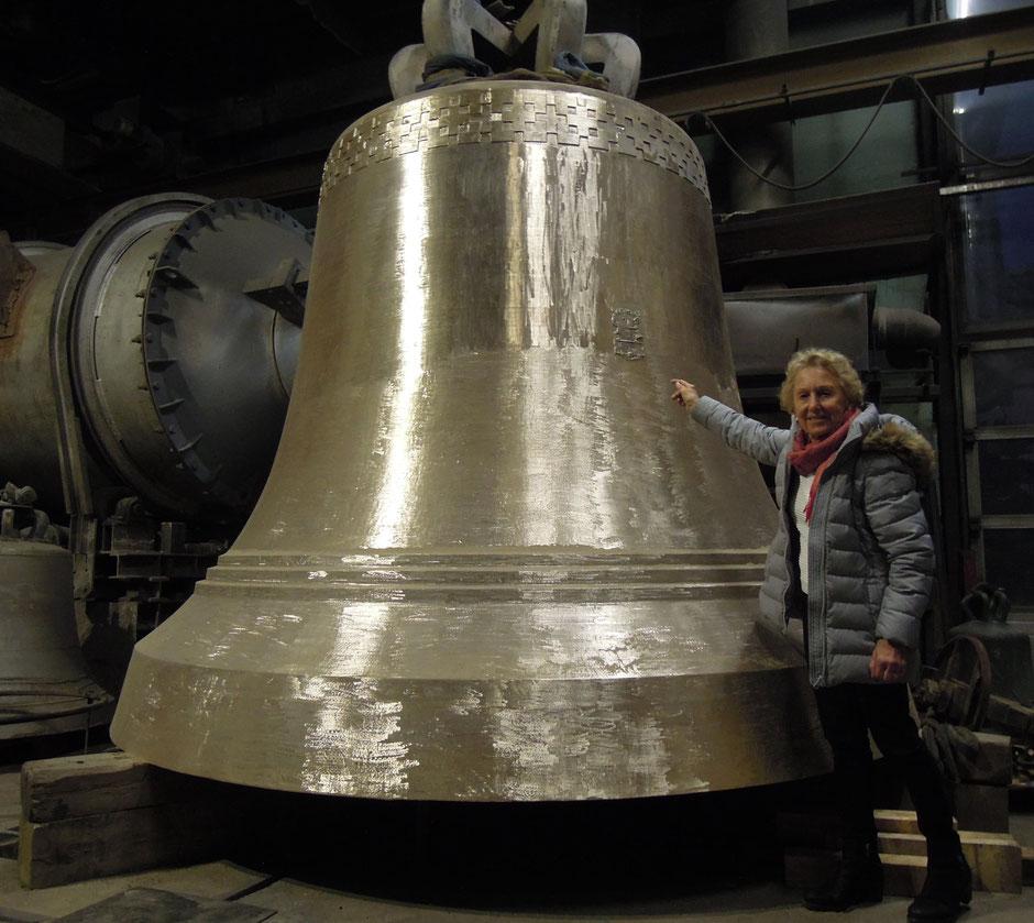 Elisabeth Grassmayr in der Familien-Glockengießerei in Innsbruck vor der größten frei schwingenden Glocke der Welt. Foto: C. Schumann