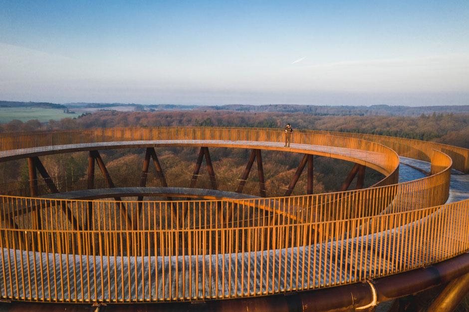 """Weiter Blick über Seeland bis hin nach Kopenhagen –der """"Waldturm"""" im Hochseilgarten Camp Adventure. Foto: PR/ VisitSydsjælland-Møn"""