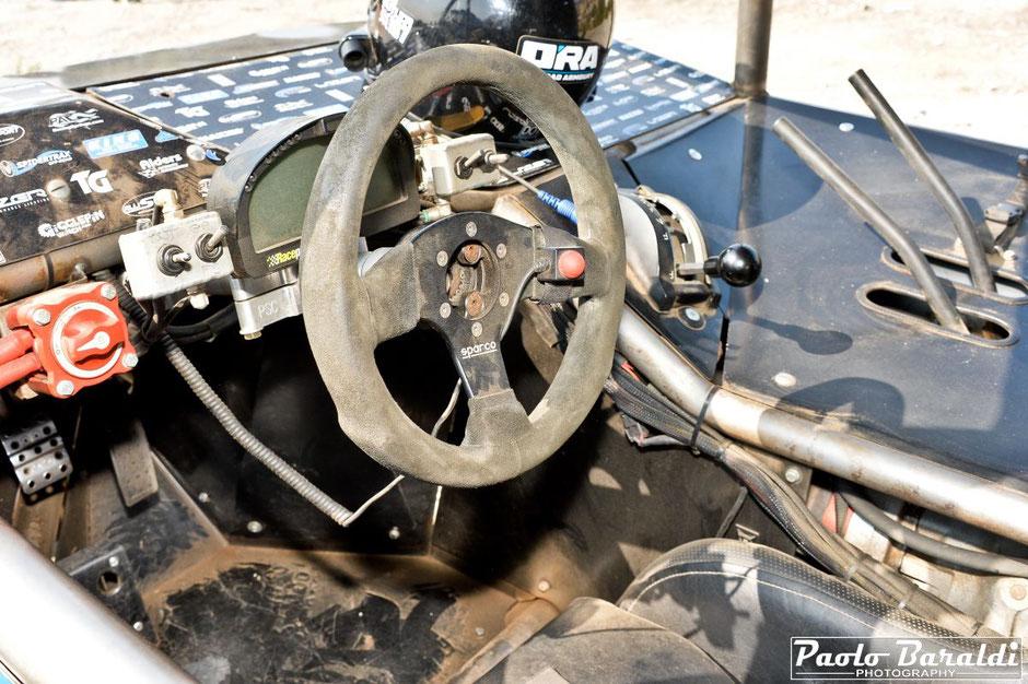 Un piccolo volante da corsa rimovibile, sedili anatomici e finimenti completano la cabina con il cruscotto Racepak IQ3