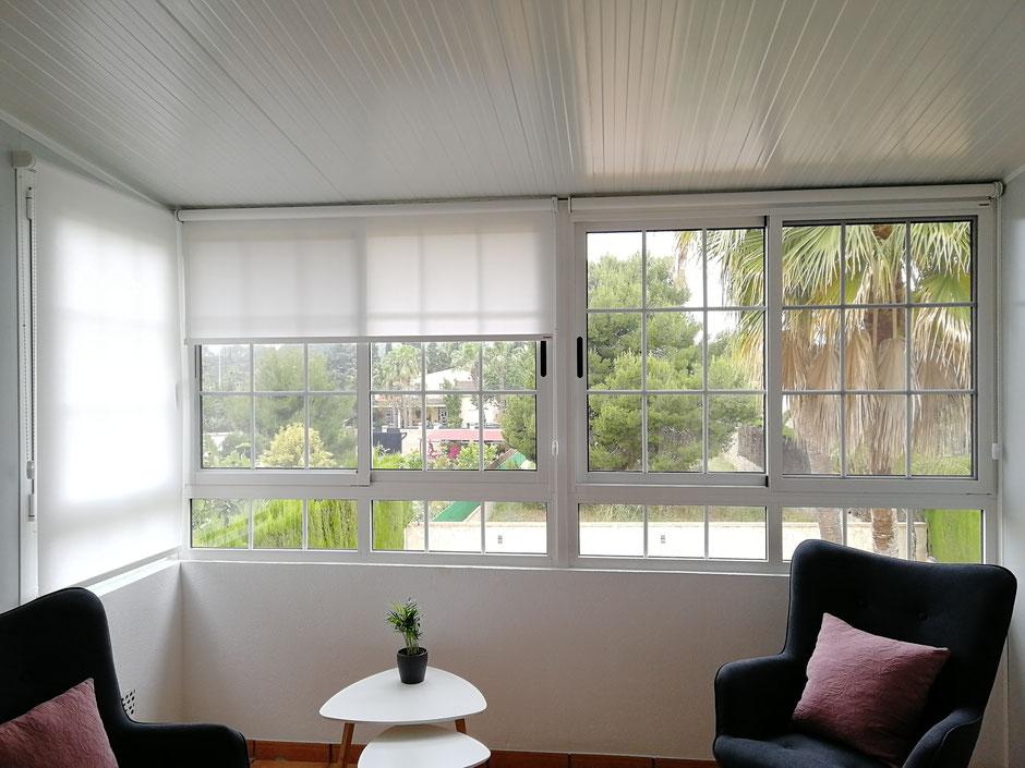 Cerramiento de aluminio, panel sándwich imitación teja, ventanas de aluminio correderas con barrotillo y una ventana oscilobatiente.
