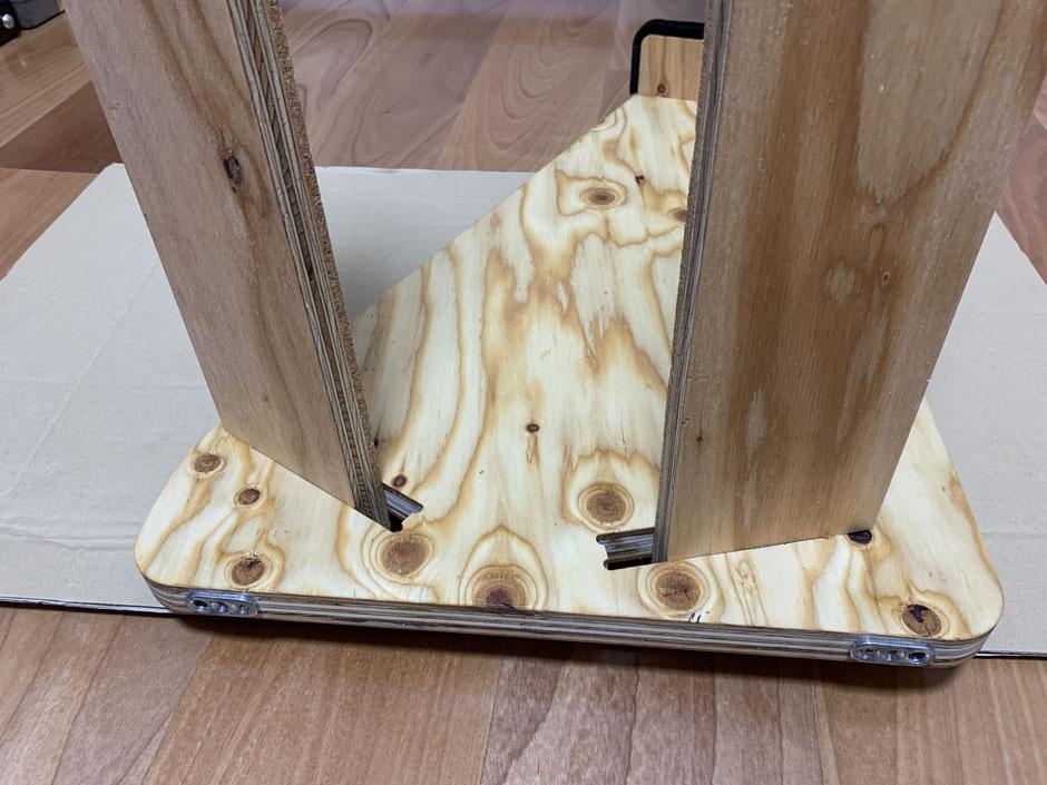 側面板に木を3本差し込む