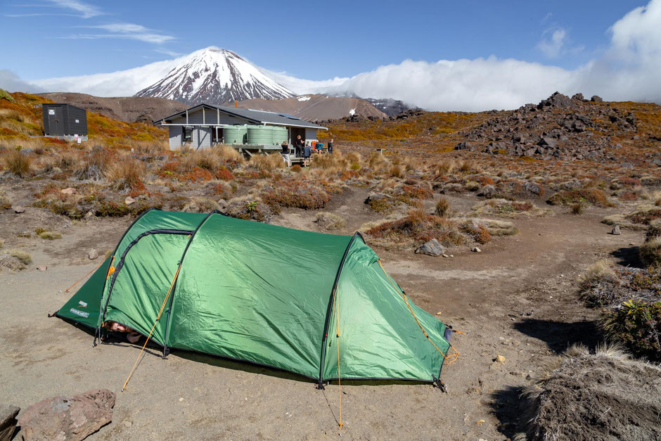 Oturere hut and mount Ngauruhoe. Guide to Tongariro Northern Circuit