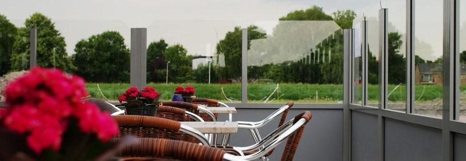 Windschutzanlage für Gastronomie aus Glas und Aluminium