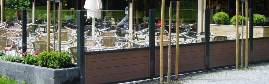 Wetterfeste Windschutzwände aus Glas und Aluminium