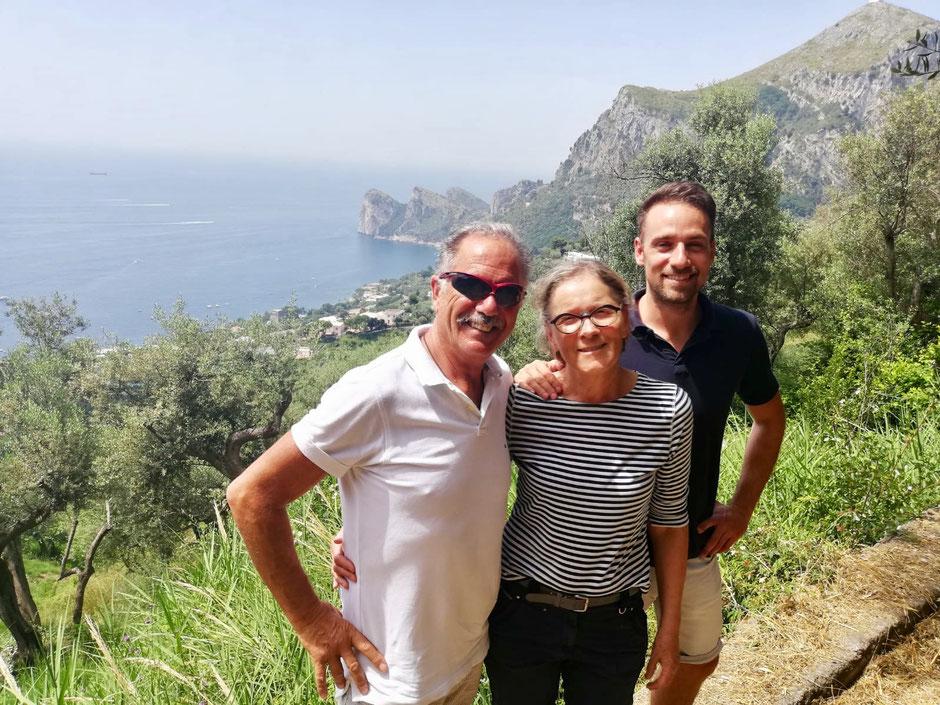 Familie Tizzano in ihrem Olivenhain in Italien