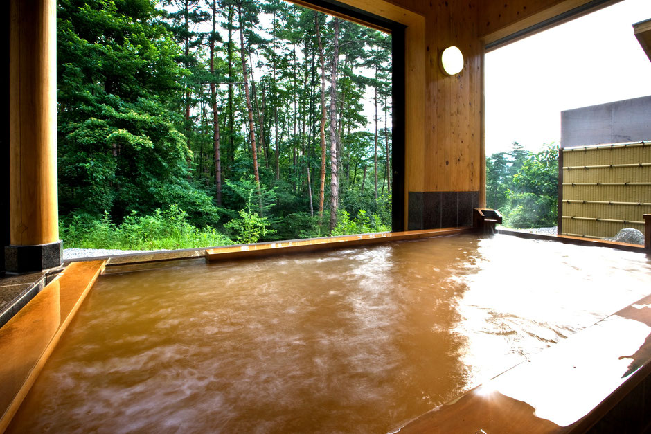 赤く、高温の温泉がこんこんと湧く「赤湯」【かのせ温泉 赤湯】
