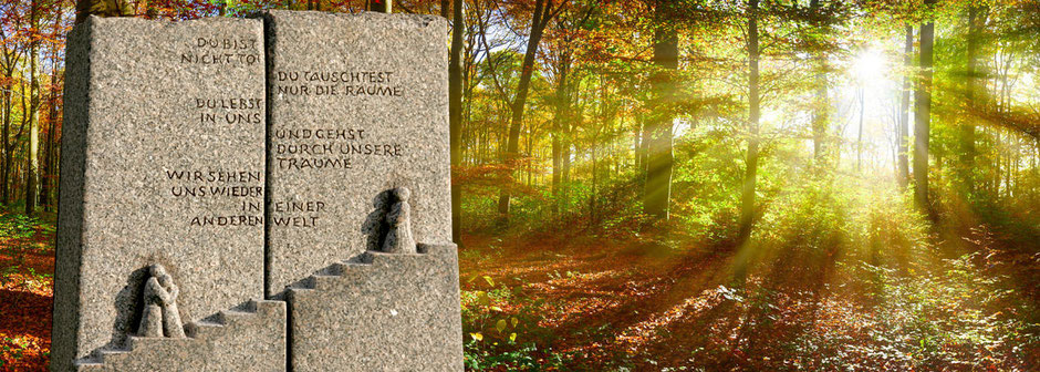 Arne Breininger, Steinmetzmeister aus Düsseldorf zeigt hier ein Ornamente und im Hintergrund ein Bild von einem Wald