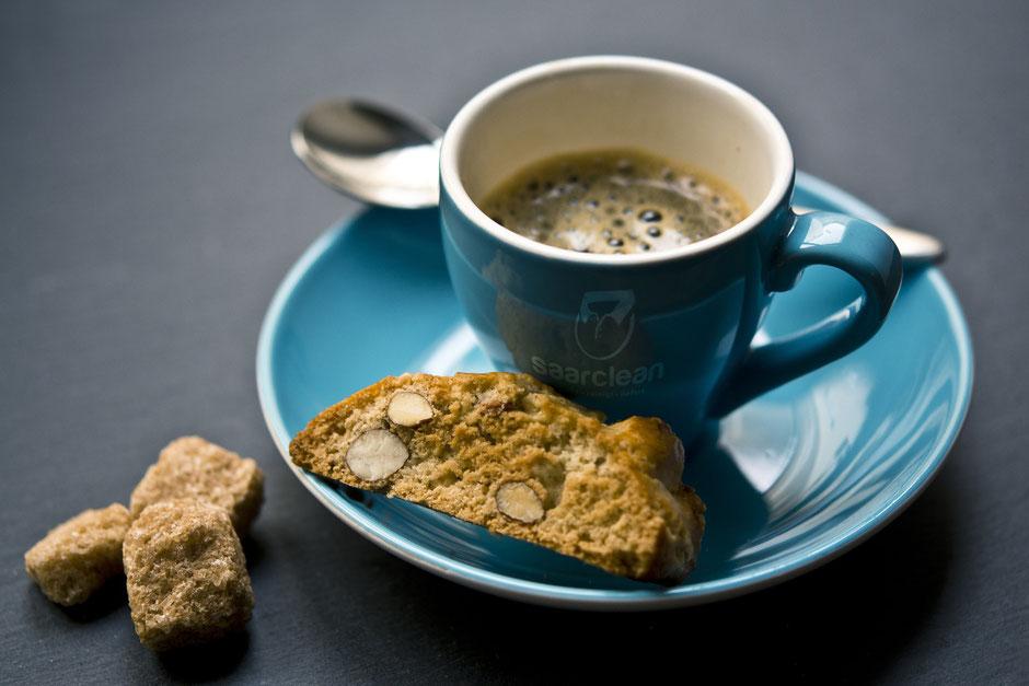 Service. Cookies blaue Kaffeetasse mit Untertasse und Cookie