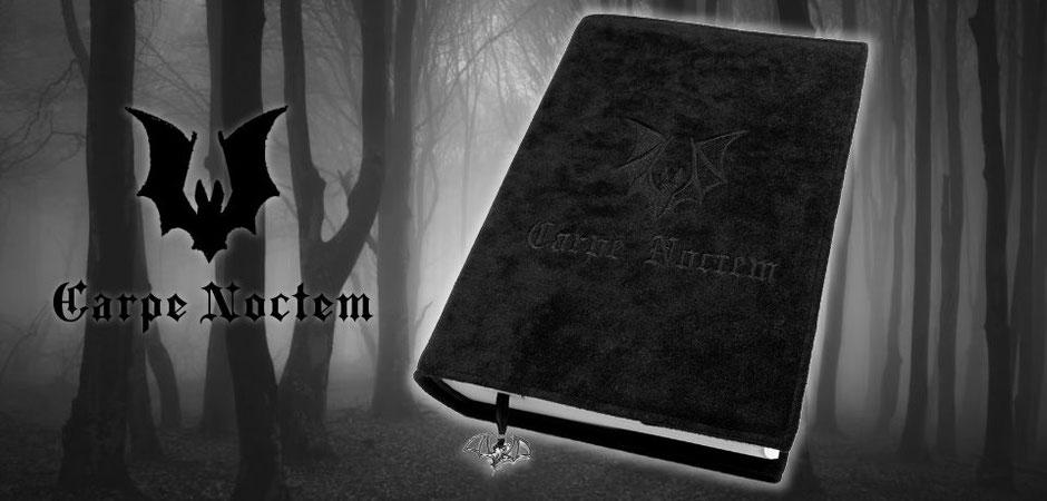 Buchhülle Carpe Noctem aus schwarzem Stoff mit schwarzer Fledermaus-Stickerei und der Aufschrift Carpe Noctem