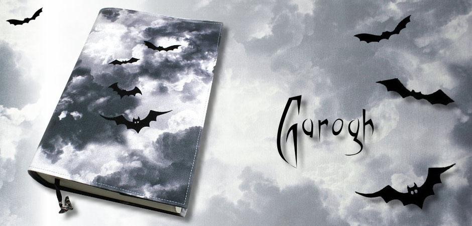 Buchhülle Garogh aus Baumwollstoff mit Wolkenmotiv und schwarzen Fledermäusen
