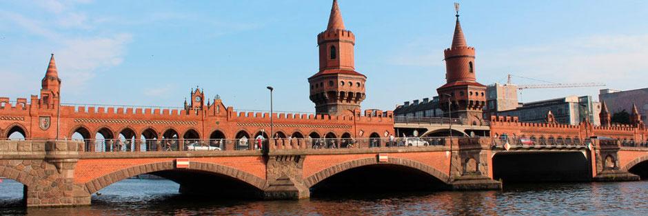 Oberbaumbrücke - sie verbindet Friedrichshain und Kreuzberg. Früher war hier die Grenze zwischen Berlin/DDR und West-Berlin. Foto: Helga Karl