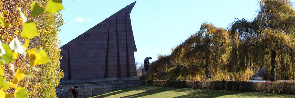 Sowjetisches Ehrenmal Treptow (Berlin) an einem sonnigen Tag im Spätherbst. Foto: Helga Karl