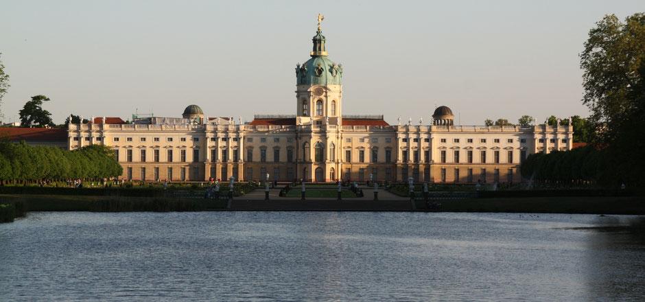 """Blick vom kleinen See, dem """"Karpfenteich"""" auf den Barockgarten und das Schloss Charlottenburg in Berlin. Foto: Helga Karl"""