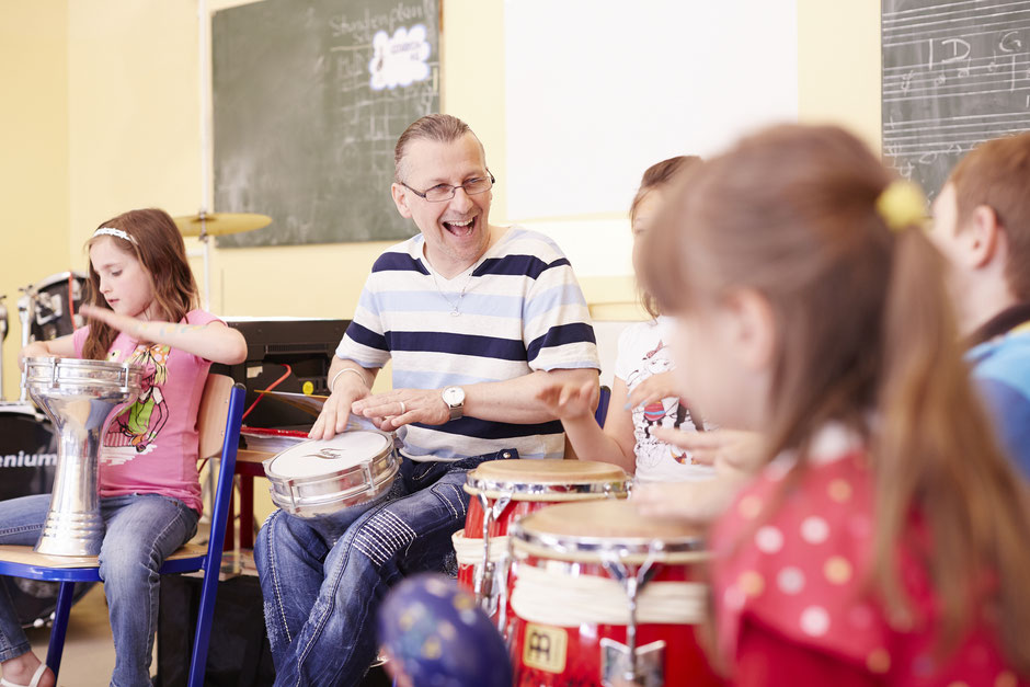 Hortleiter Jörg Handrick musiziert mit Kindern