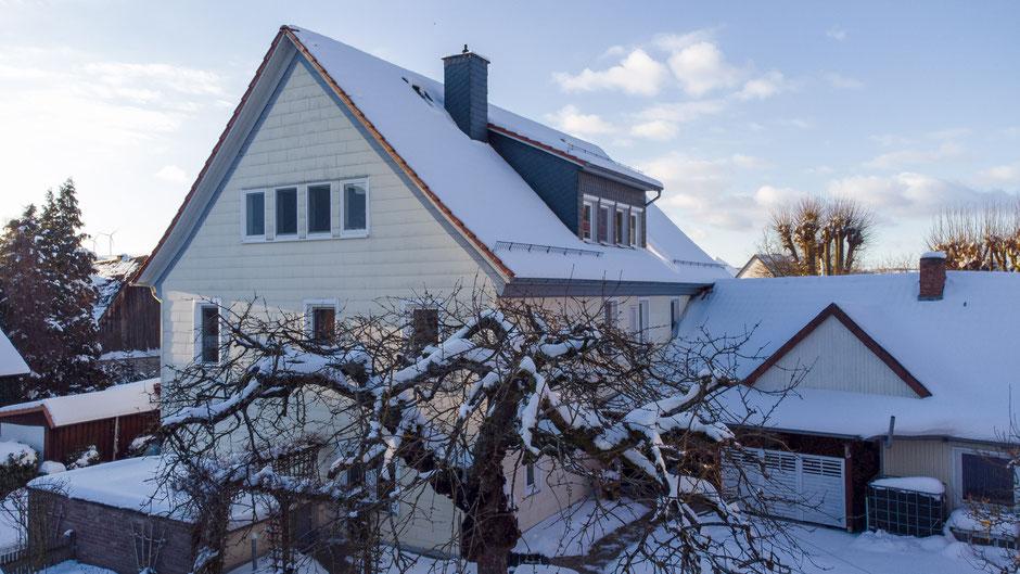 Haus und Garten mit Schnee bedeckt im Winter