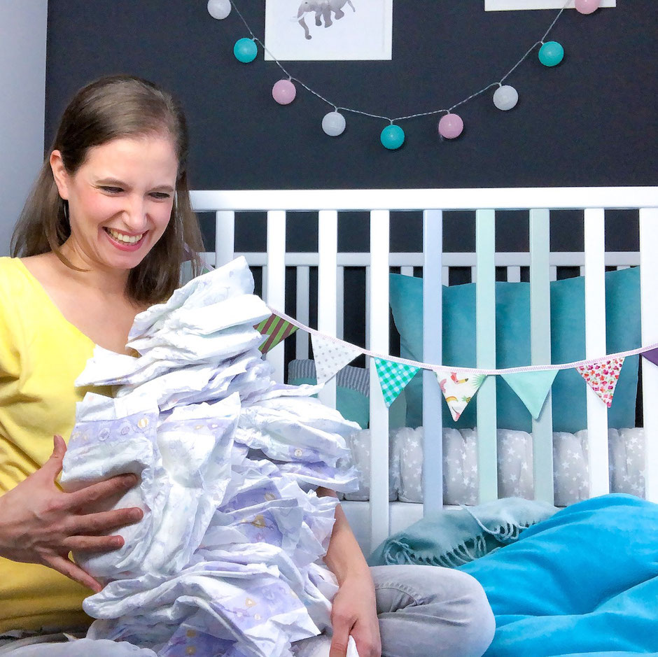 Mamablogger mit Windeln im Kinderzimmer