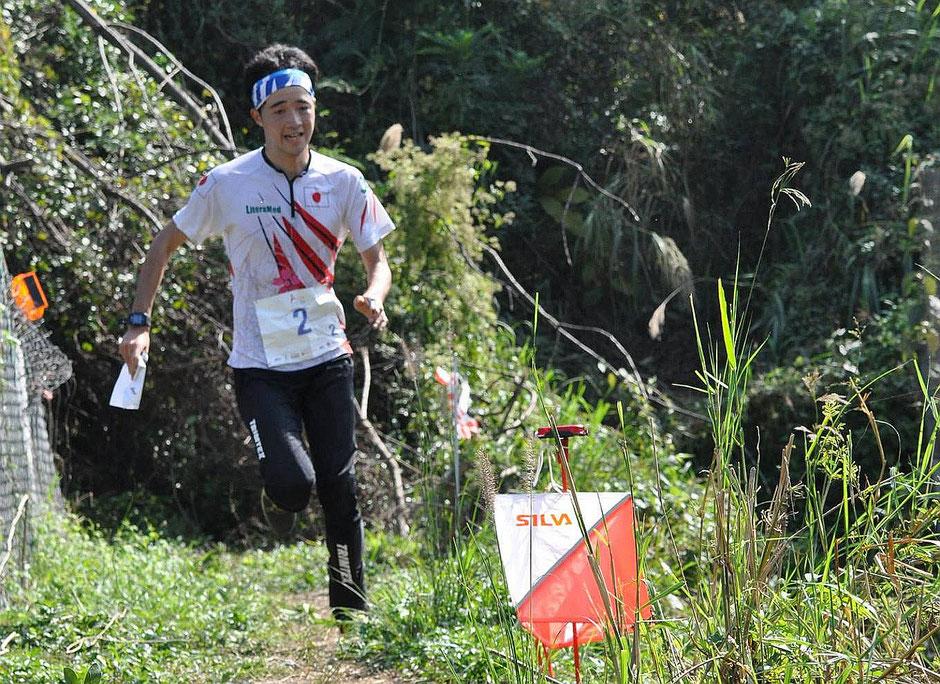 オリエンテーリングアジア選手権のリレー競技で力走する尾崎選手