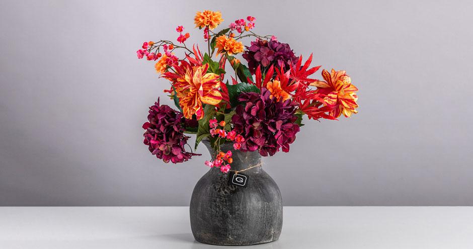 Blütenwerk: Red Beauty, Modern & farbenfroh, Vase Gommaire, black Terracotta
