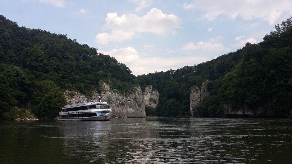 Mit dem Schiff durch die Weltenburger Enge bei Kelheim, Foto ourismusverband Ostbayern e.V./Manuela Sterr