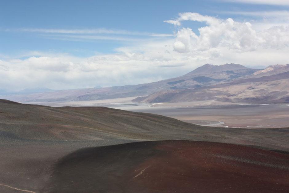 De fondo el volcán Antofalla