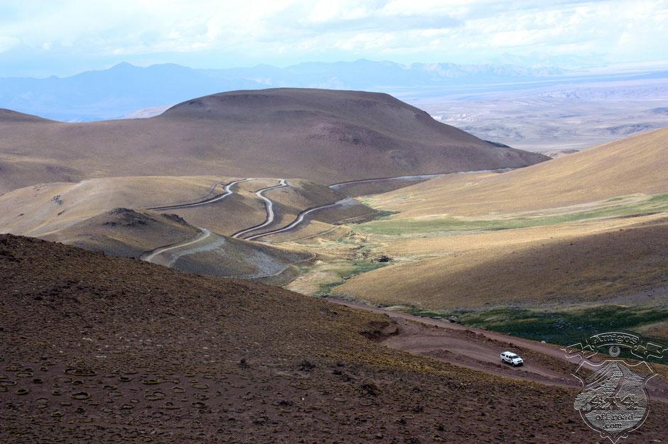 El camino serpentea hacia el valle