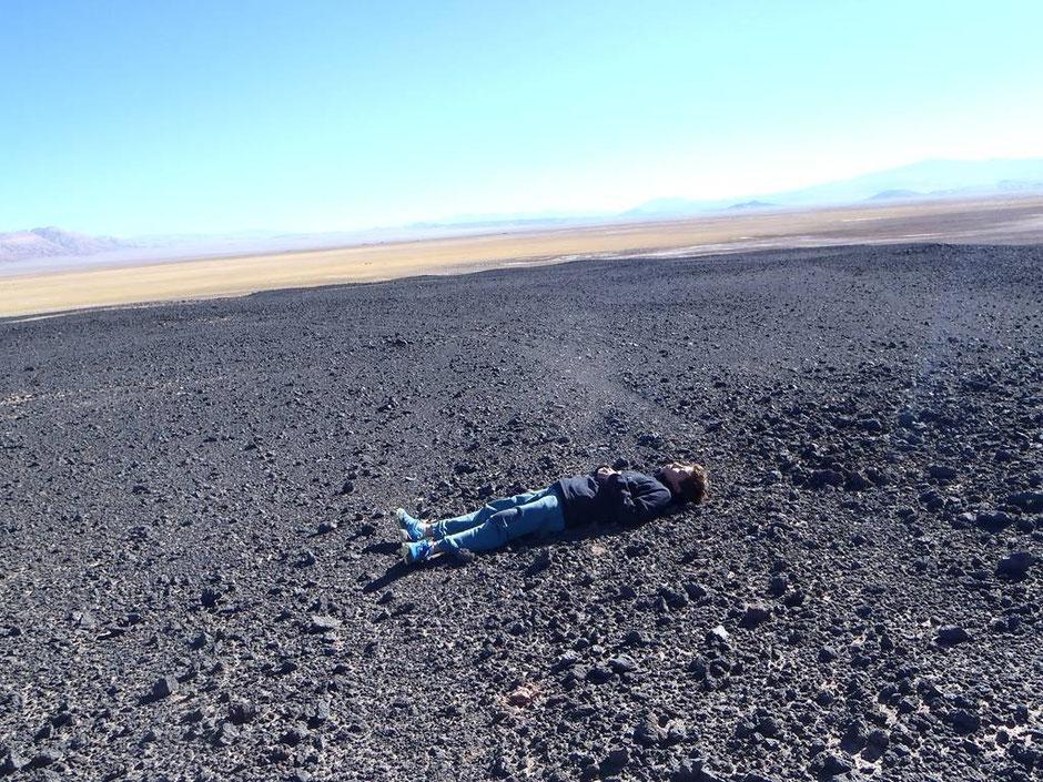 Lucas recarga energía en piedras volcanicas