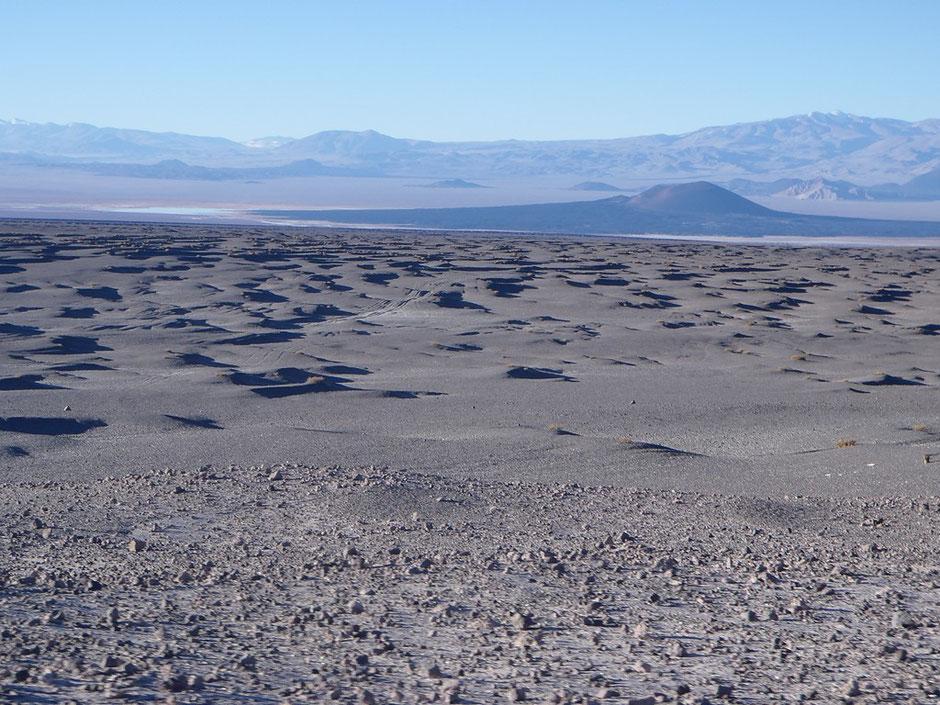 Al fondo, el Volcán Carachi Pampa.
